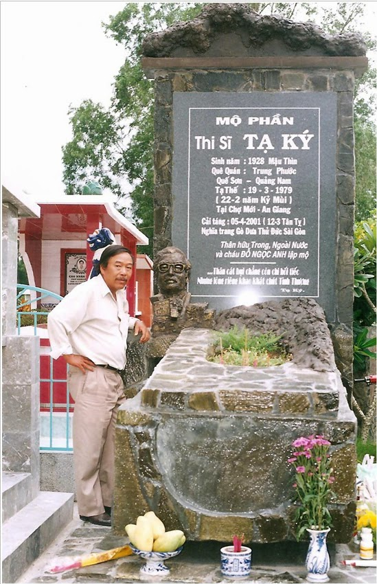 Mộ Tạ Ký sau khi được cải táng tại nghĩa trang Gò Dưa. Đứng cạnh mộ là nhà thơ Đinh Trầm Ca, người đã tìm ra mộ Tạ Ký tại An Giang và đặt vấn đề cải táng.
